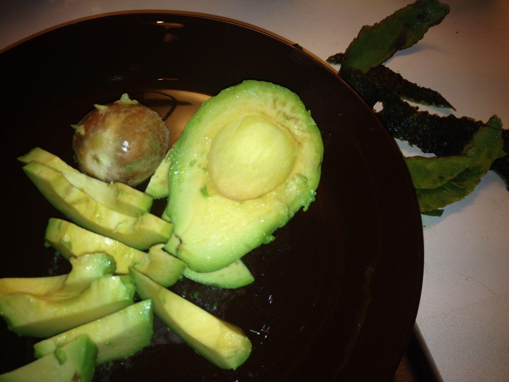 Ruokavalio sisältää proteiinia ja hyviä rasvoja: Lihaa, kananmunia, kasviksia, rahkaa, rejuustuoa, öljyjä, avokadoa... Ruokaa on reippaasti mutta hiilarit minimissä.